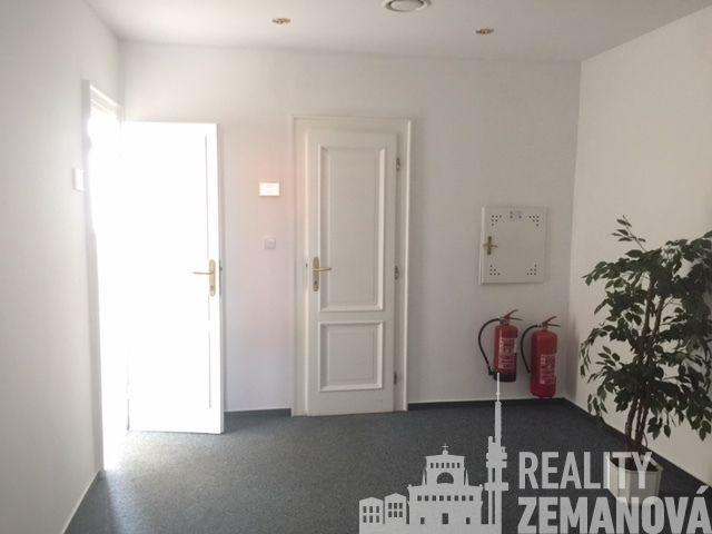 Jednotlivé kanceláře 26 m2 a 29 m2 ve 3. patře admin objektu s repcí u metra, Rumunská ul., Praha 2
