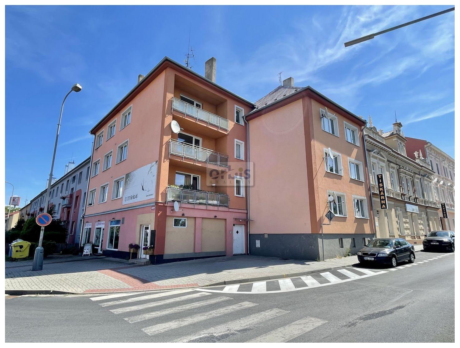 Bytový dům 1076 m2, 9 bytů, 2x komerční prostor, půda vhodná k výstavbě Chomutov - centrum.