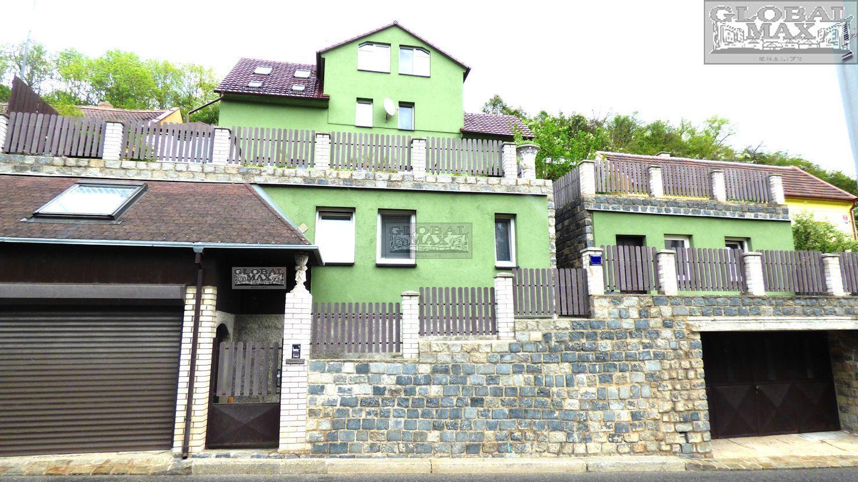 Vícegenerační rodinný dům s dvojgaráží a bazénem Praha 6 - Lysolaje