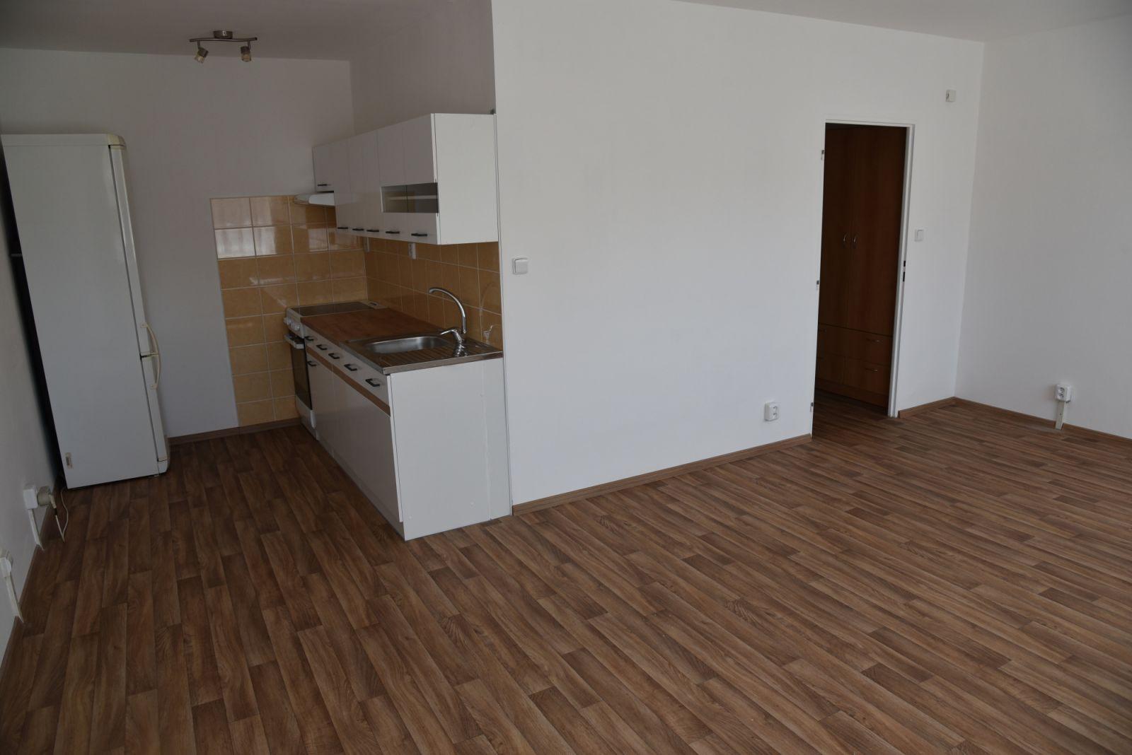 Exkluzivně  k pronájmu nezař. byt 1+kk, 4.patro, 35m2 ul. Pod Tvrzí Odolená Voda Praha Východ
