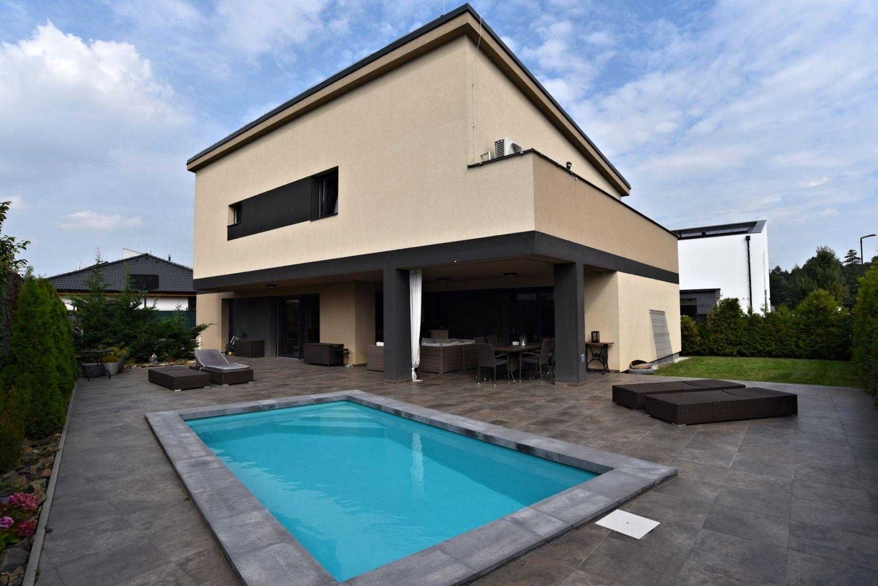 Exkluzivně nabízíme k pronájmu luxusní novostavbu RD 5kk s garáží, terasou a bazénem Praha Újezd u P