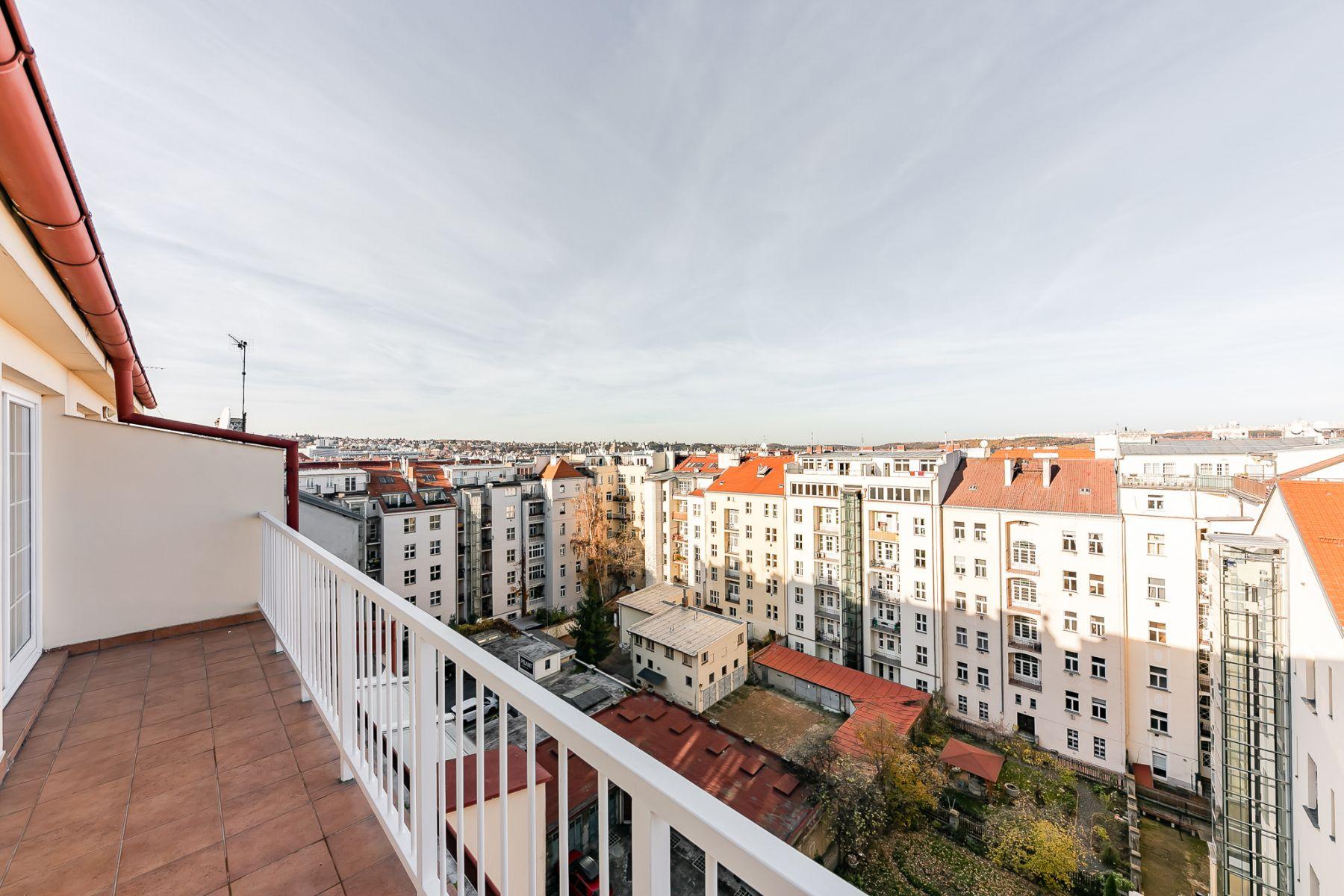 Pronájem nezař prostorný 4+kk 135m2, 3 ložnice, 2 koupelny, balkon, duplex, výtah
