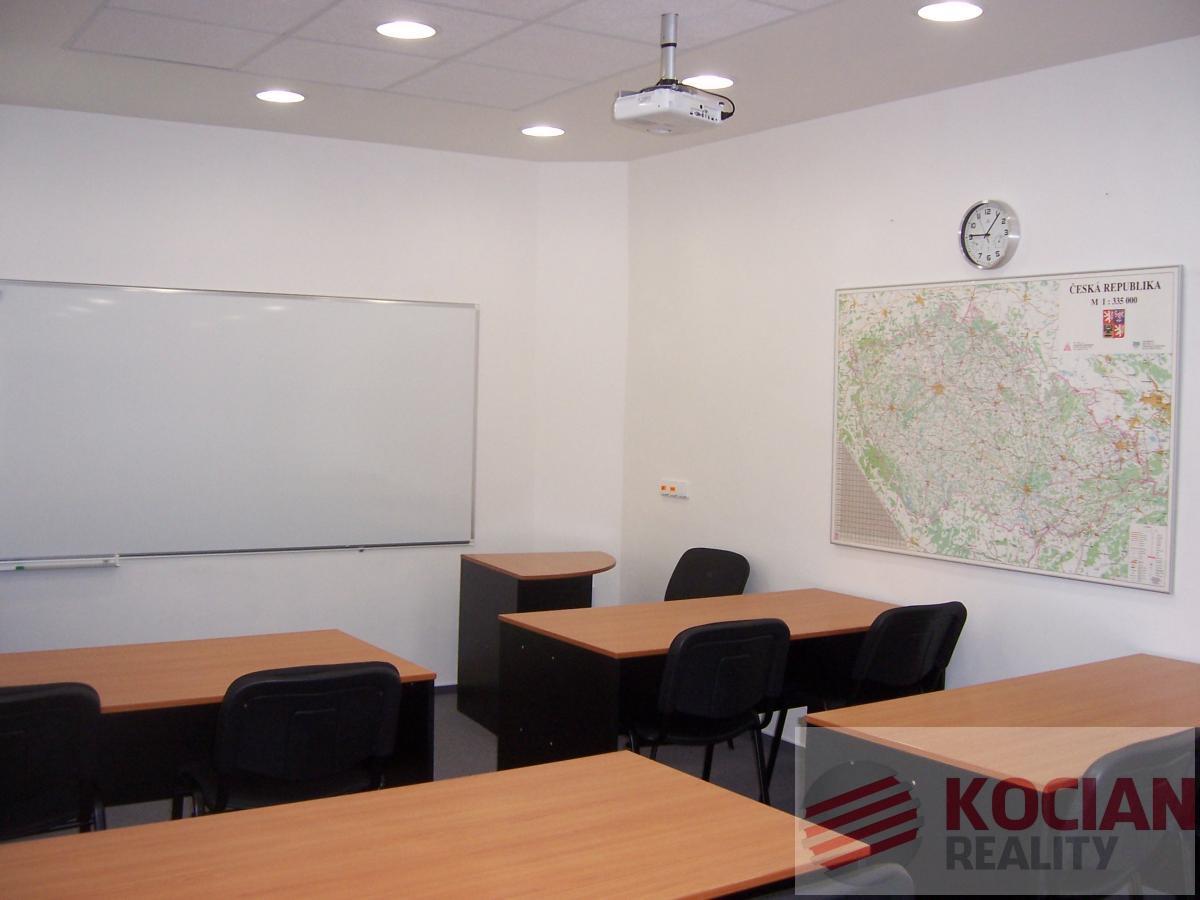 Učebna, školící, jednací nebo konferenčí místnost k pronájmu.