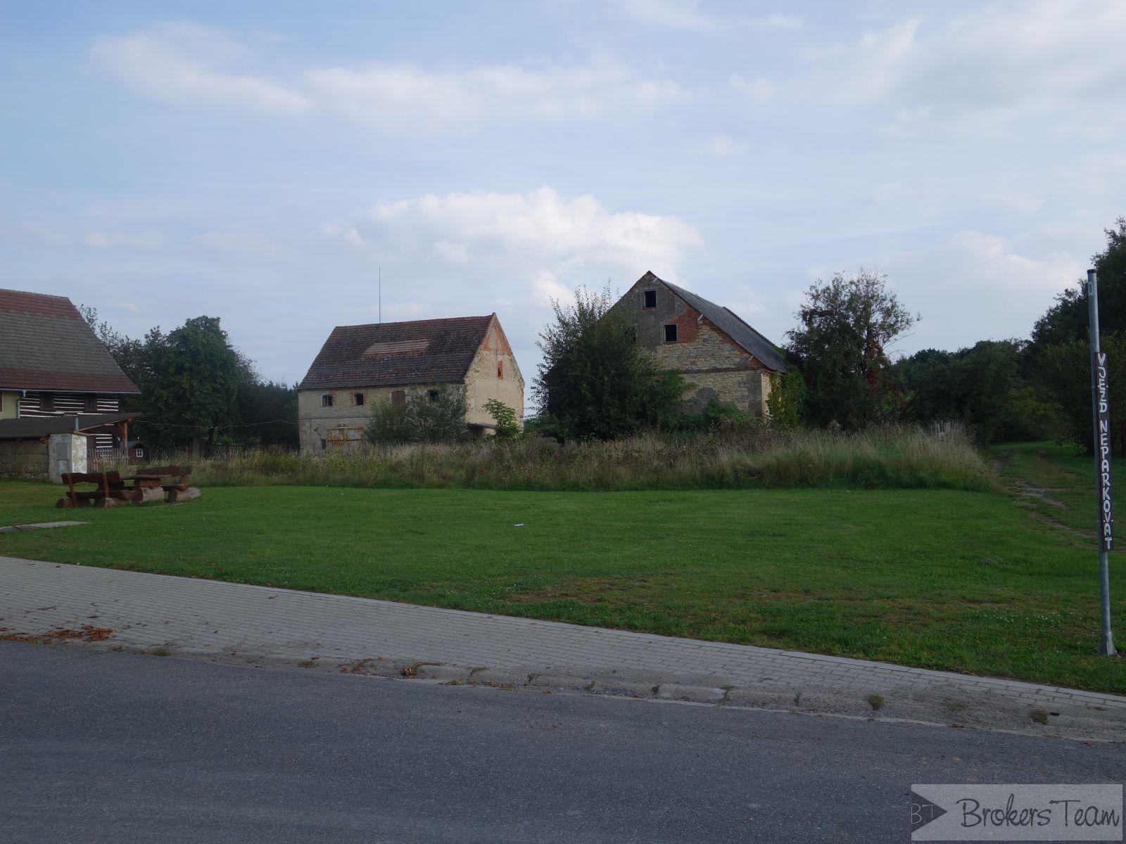 prodej stavebního pozemku 627m2 v centru malé obce Skalka, oblast Kokořínsko