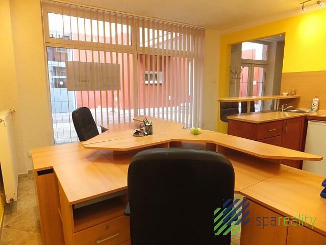 Kancelářský prostor 56m2 s nádvorní terasou - KV centrum