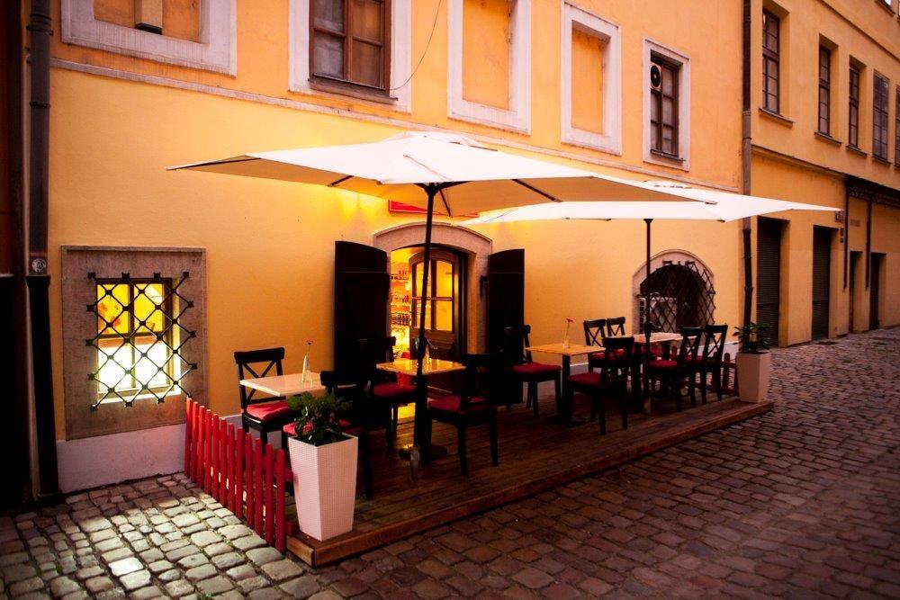 Pronájem klimatizované restaurace s předzahrádkou a obchůdkem v centru Prahy 1