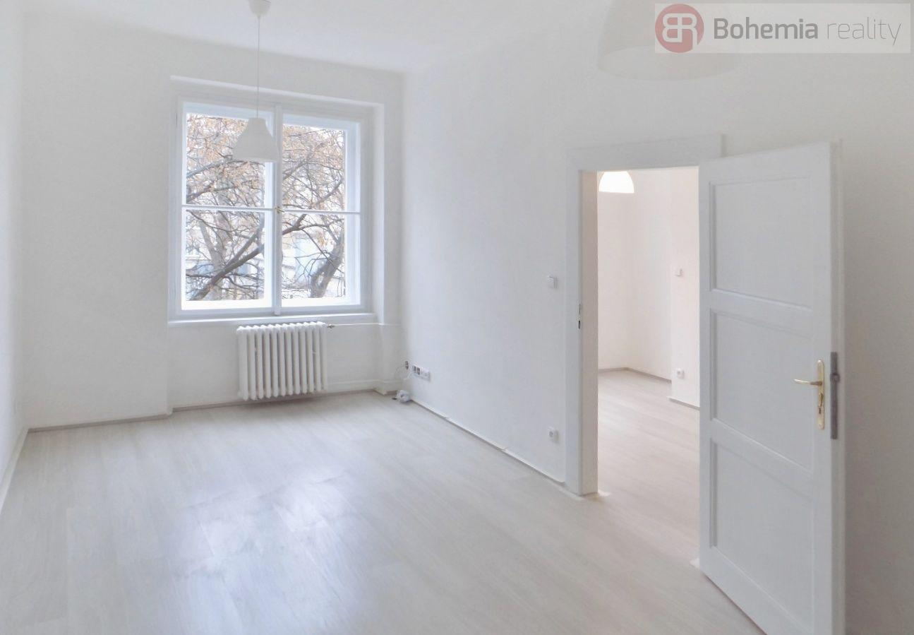 Nově rekonstruovaný světlý byt 2+KK s balkonem ve Vršovicích.