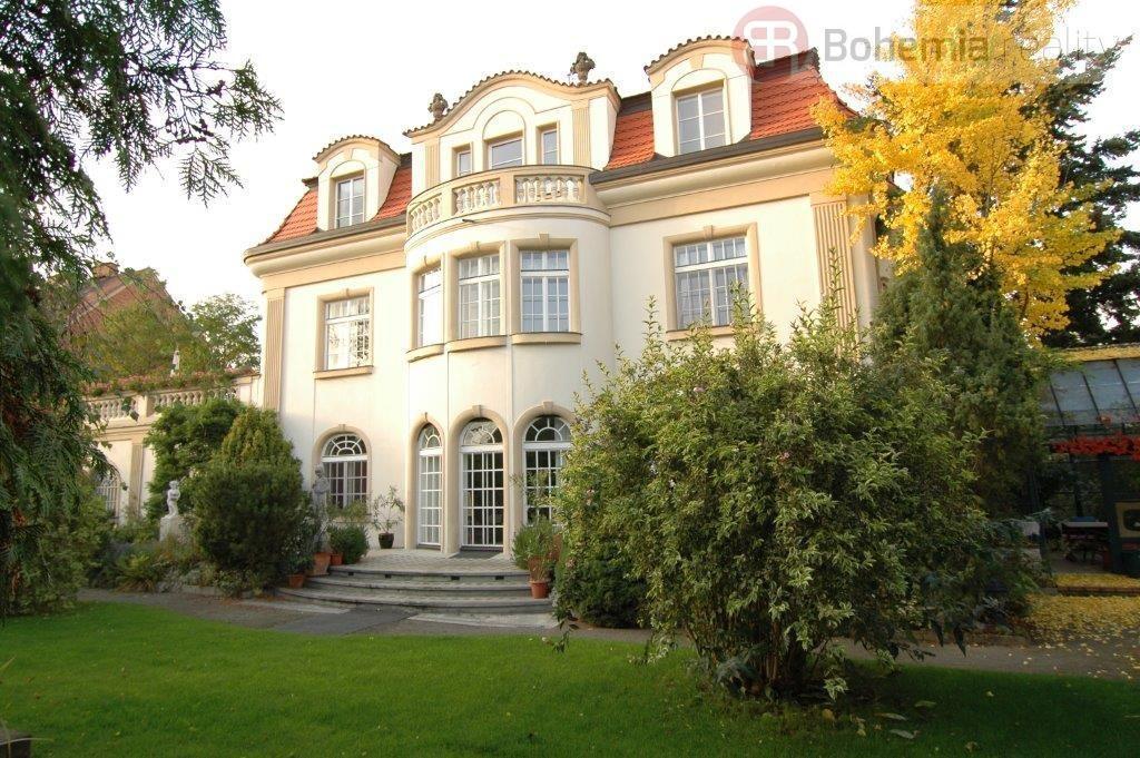 Nabízíme rekonstruovaný byt - mezonet 4+1 v nádherné vile s garáží a zahradou na Hanspaulce.