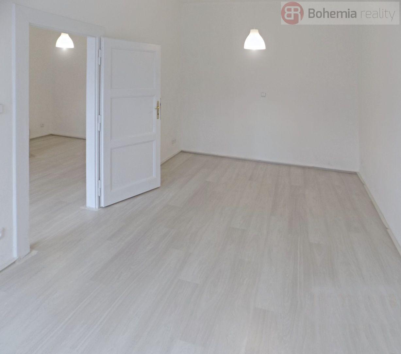 Rekonstruovaný slunný byt 2+KK s balkonem ve Vršovicích.