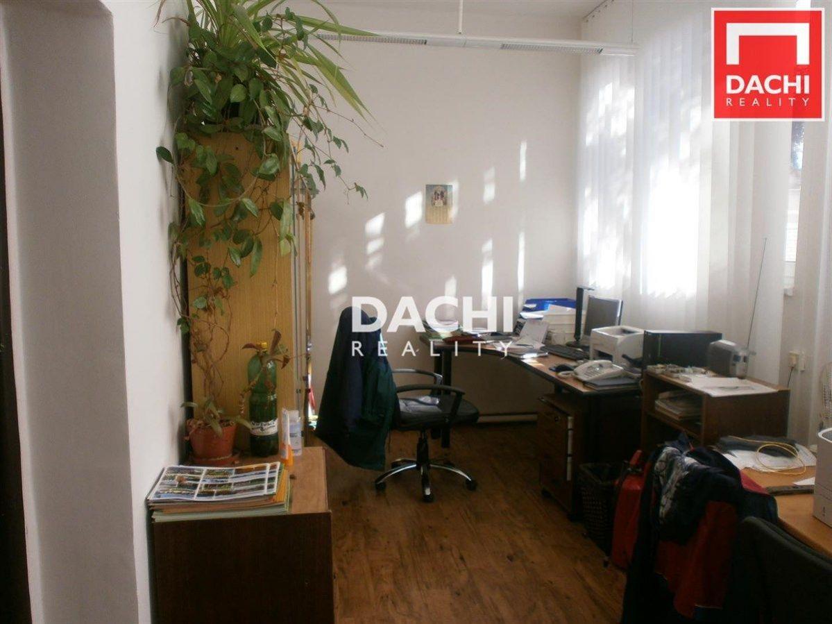 Pronájem dvoukanceláře 26,5 m v areálu v Horce nad Moravou