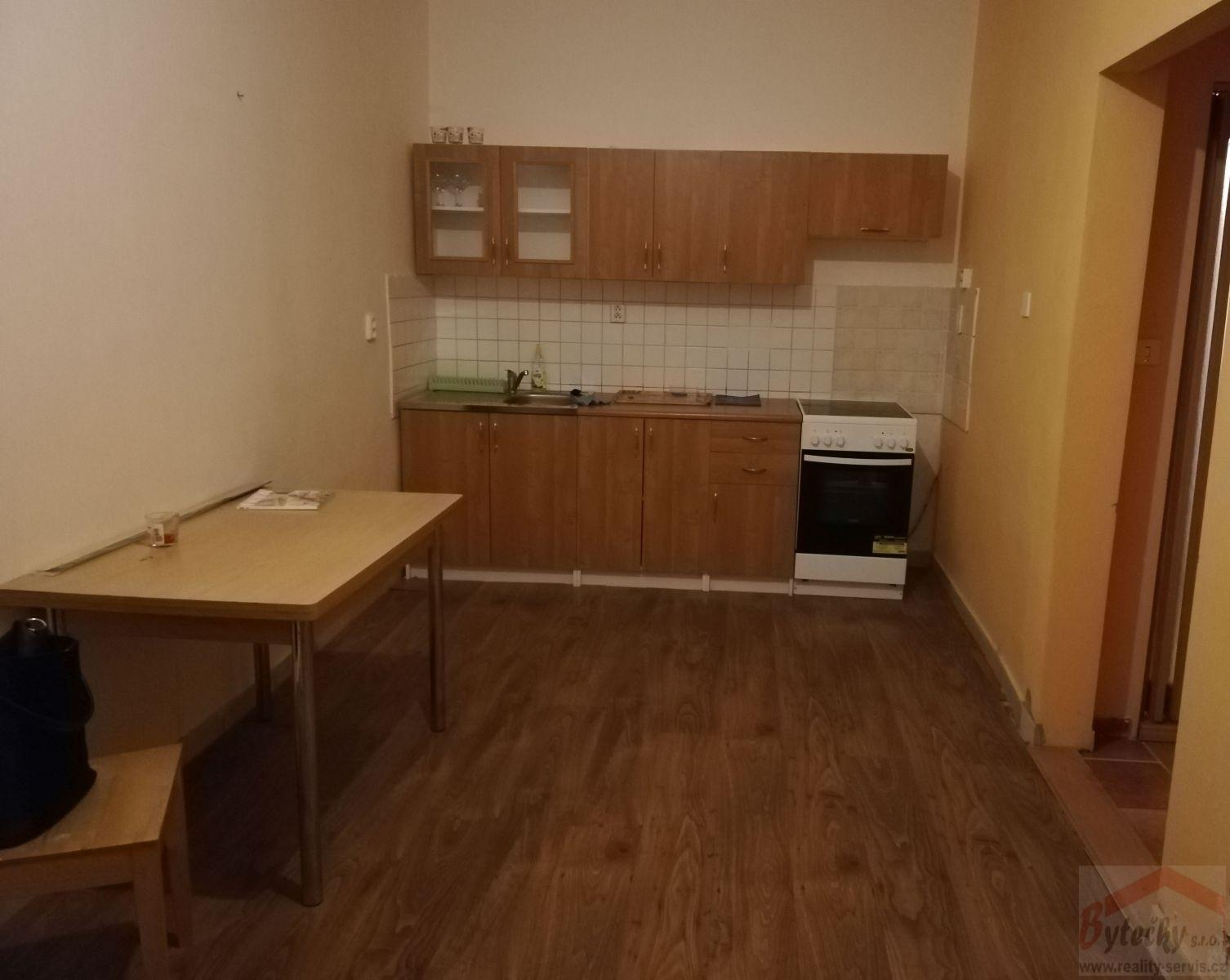 Pronájem částečně zaříz. bytu 1+1, 38 m2, Praha 4, Marie Cibulkové, metro Pražsk. povst. 6 min, Vyše