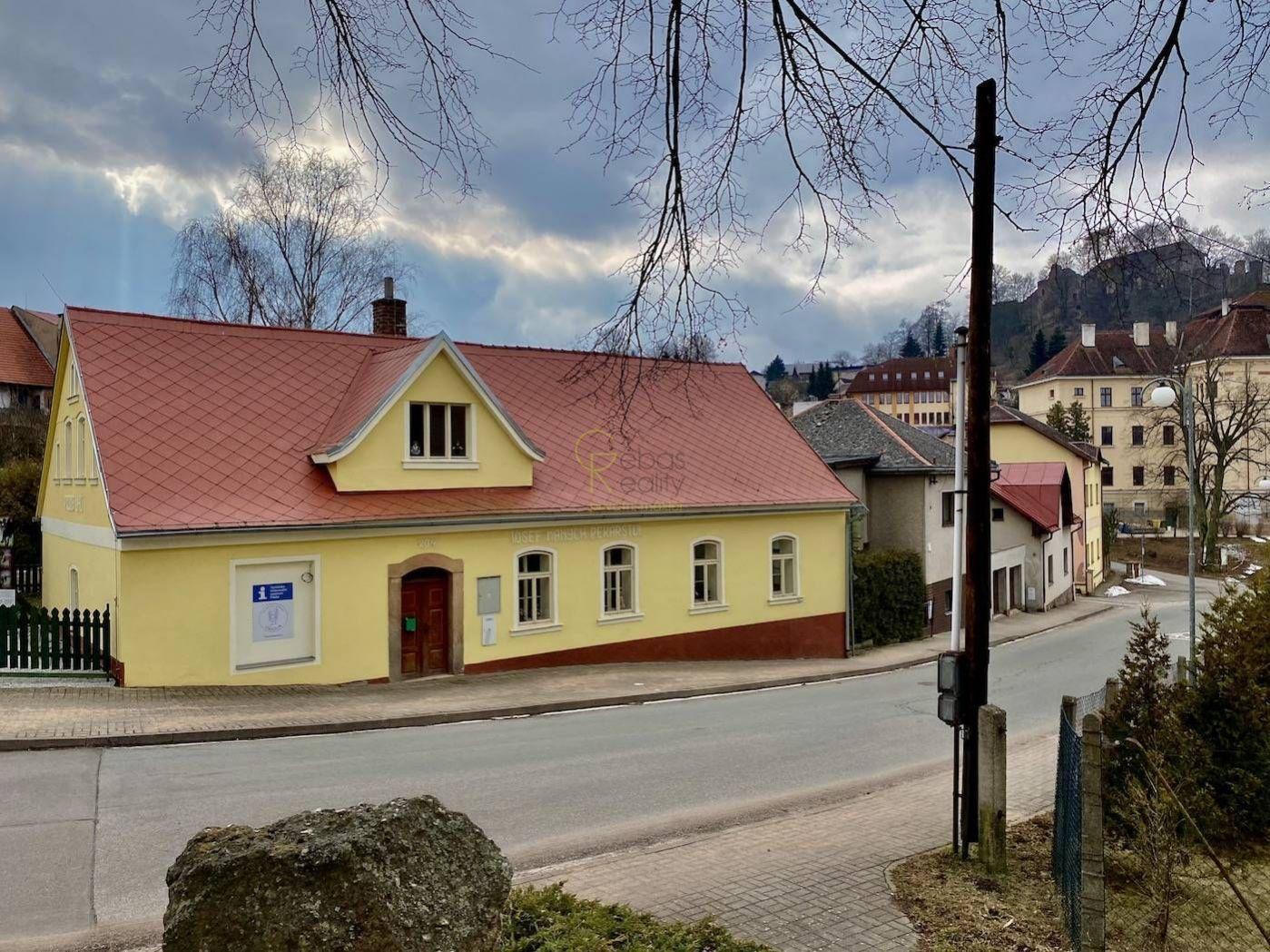 Dům v centru obce - městys Pecka, Podkrkonoší