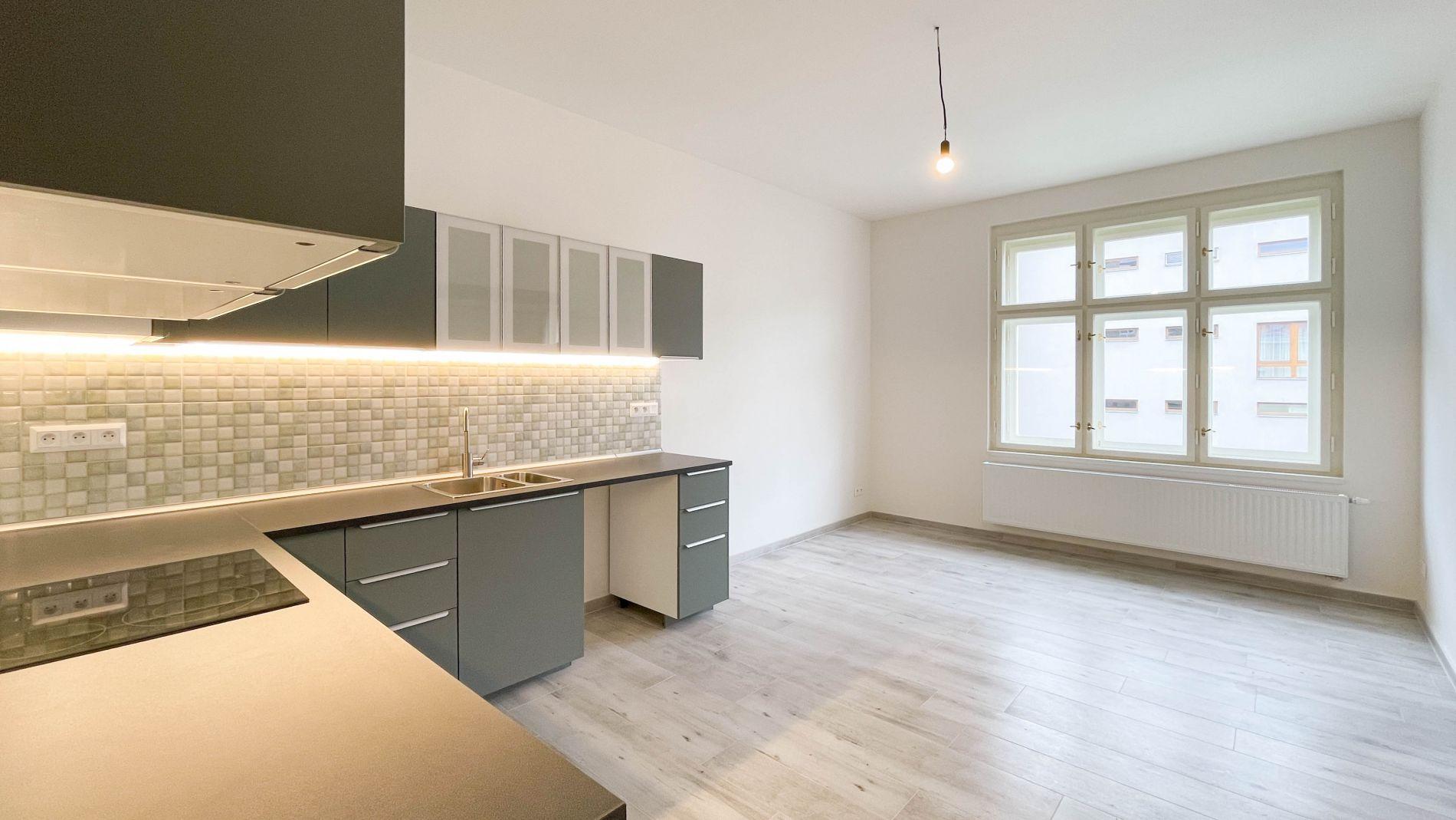 Pronájem nezařízeného bytu 4+kk, 106m2, 4. patro, výtah, Křižíkova, Karlín, Praha 8
