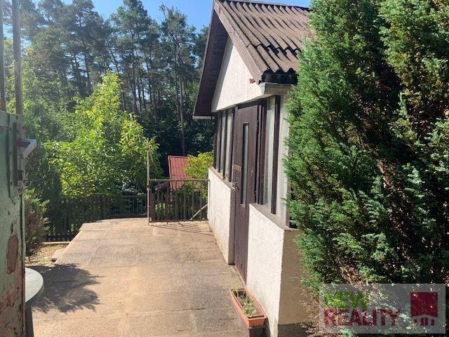 Rekreační chata 33 m2 s pozemkem 220 m2, u lesa v  obci Petrov u Prahy.