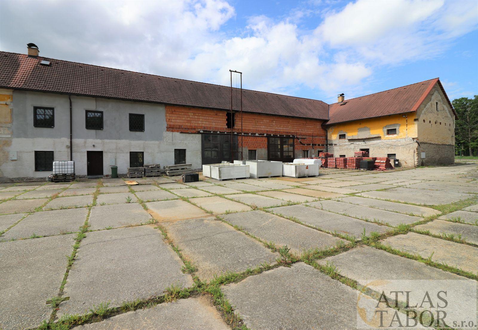 Prodej zemědělské usedlosti s pozemky -104508 m2