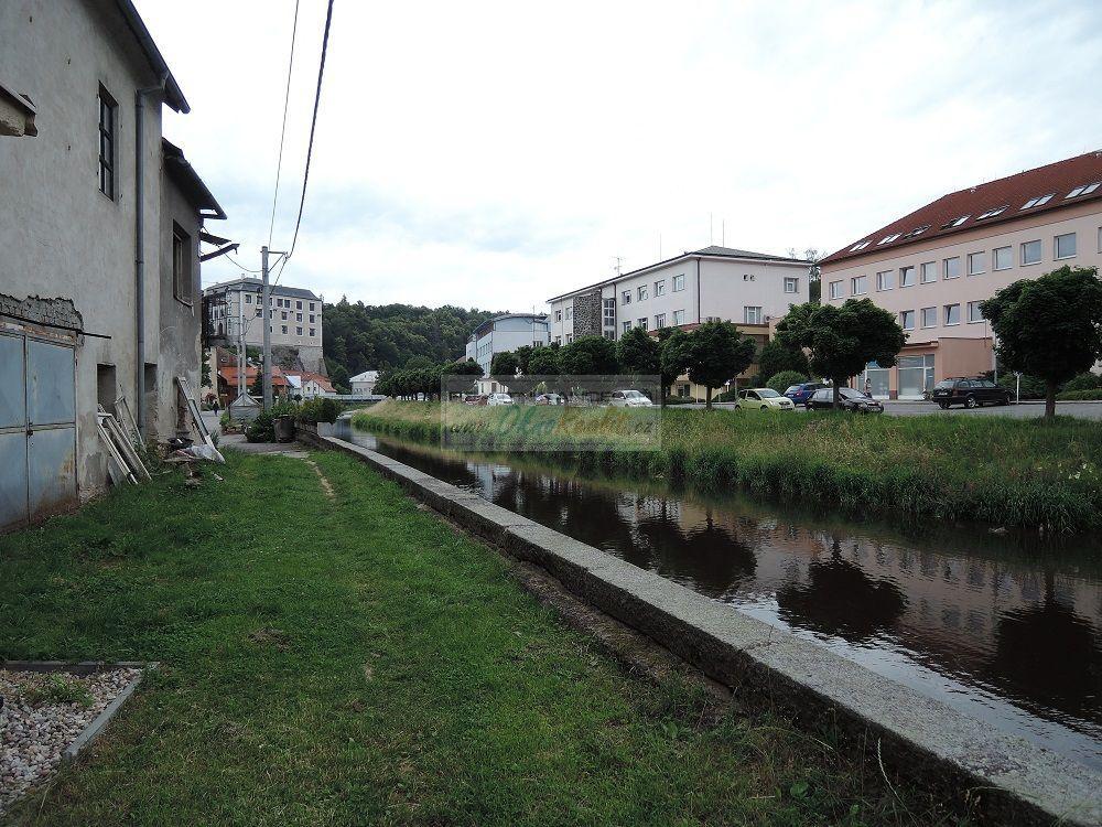 Prodej rodinného domu v centru Velkého Meziříčí - obr.Pohled od řeky