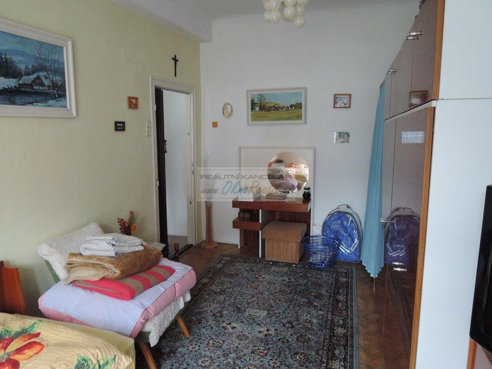 Prodej rodinného domu v centru Velkého Meziříčí - obr.Pokoj  sousedící s obývákem 2NP