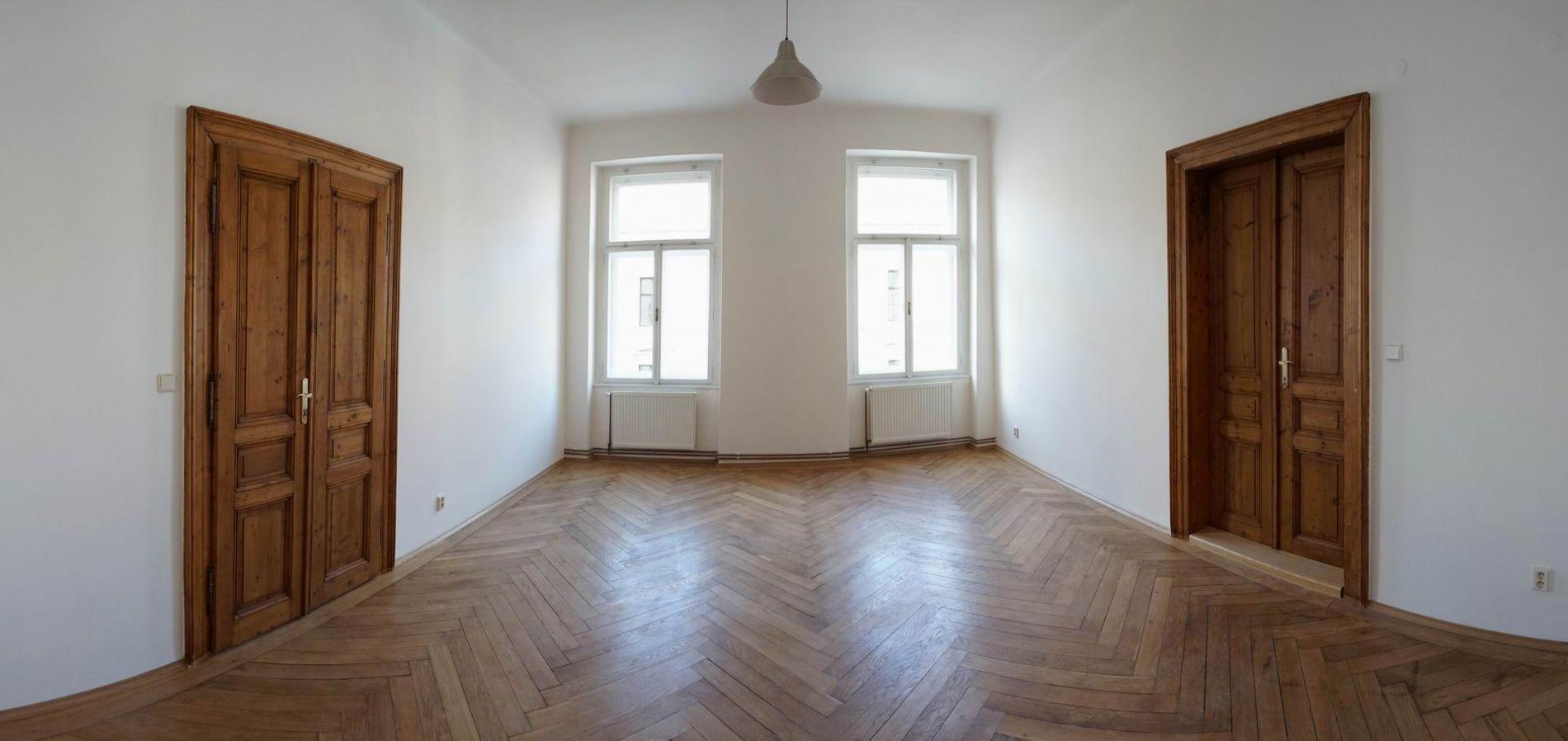 Prostorný byt na Smíchově 4+1 s balkonem a zimní zahradou