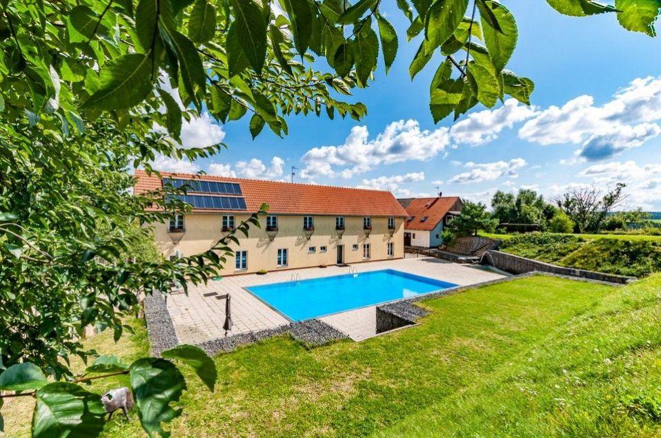 Prodej penzionu (2872m2),pozemek (7964m2), bazén, stáje, Křivoklátsko