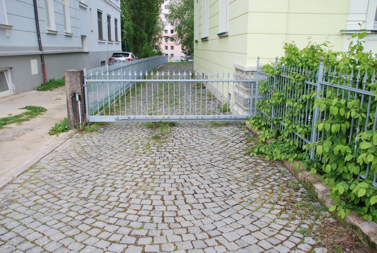 LB-pronájem parkovacího místa pod uzamčením v centru