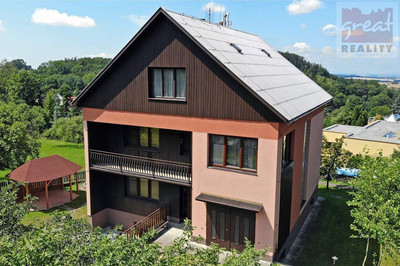 Podej rodinného domu s vedlejší stavbou a zahradou v obci Chvalčov