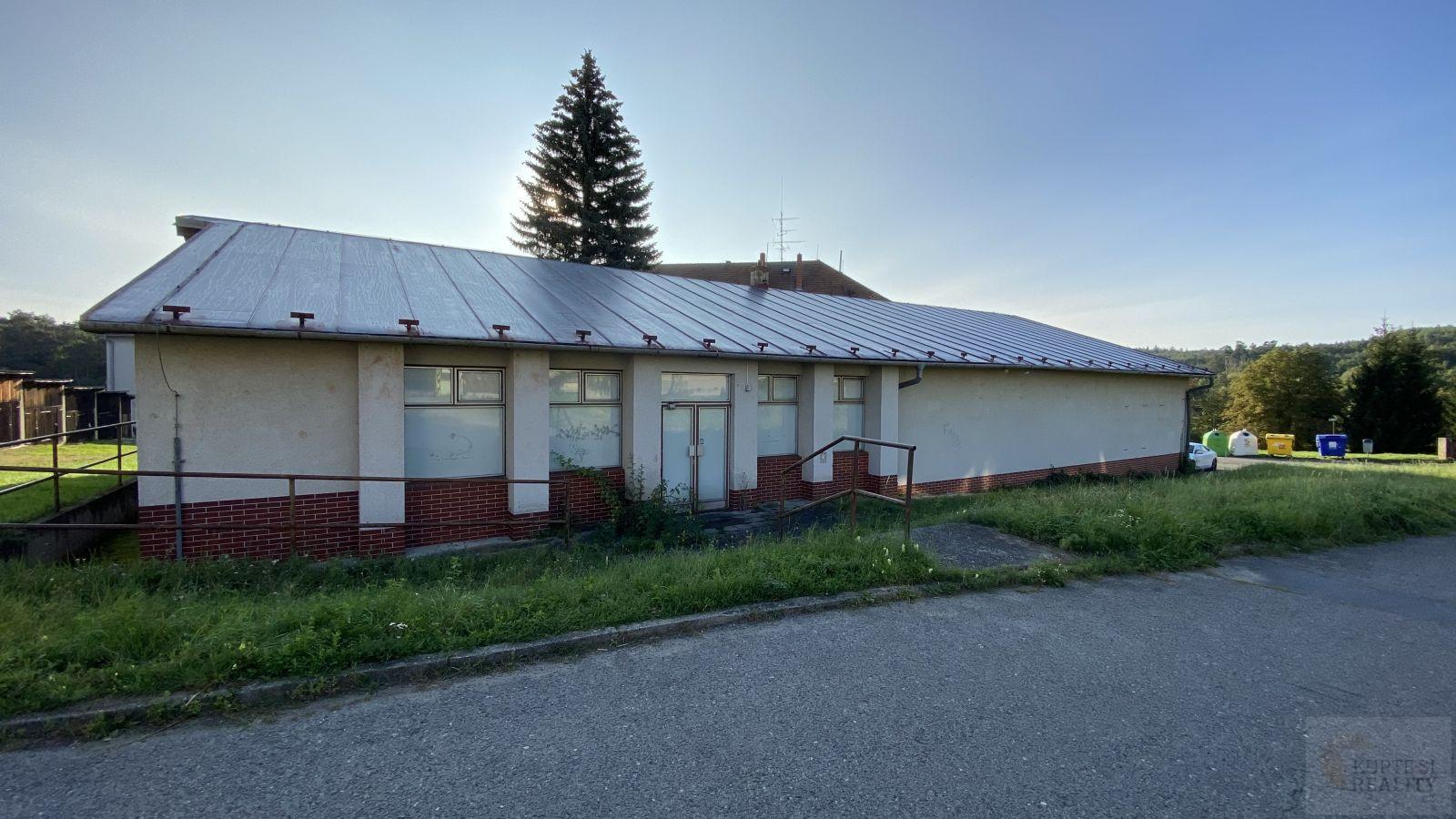 Nabízíme Vám k prodeji komerční objekt (bývalých potravin a sklad léků) o velikosti 461 m2 v obci Pl