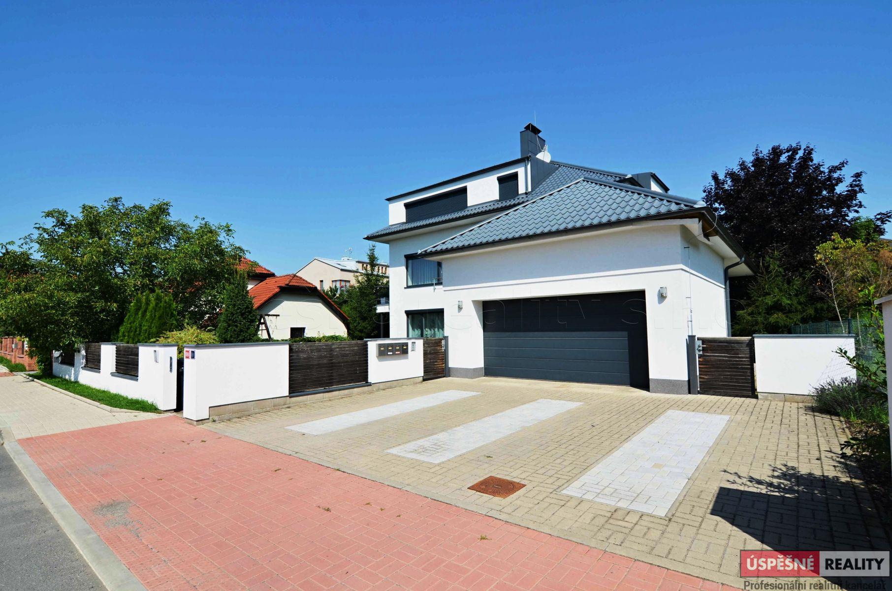 Prodej bytu 4+1 s garáží, balkonem a zahradou