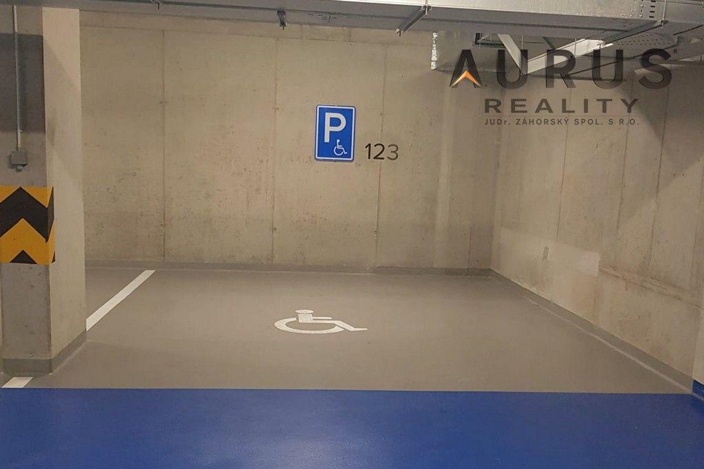 Velké garážové stání pro 2 vozy, ul. Nuselská, Praha 4