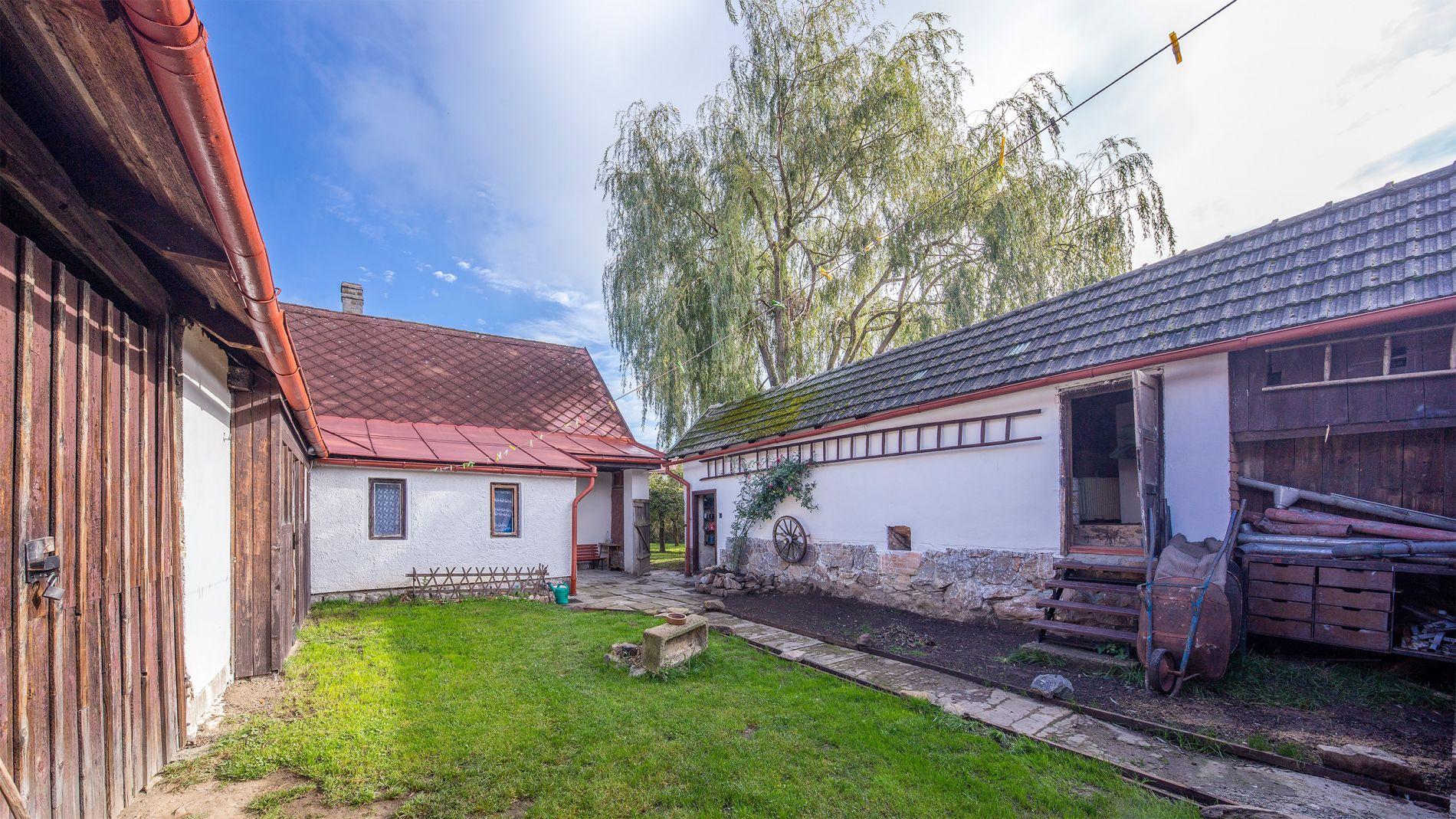 Prodej domu  se zahradou  a  pozemku k zastavění  o celkové ploše 1591 Proseč u Chrudimi