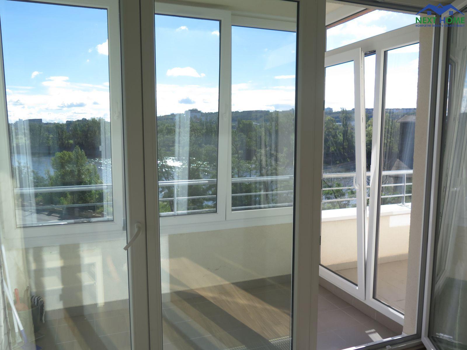 Pronájem zařízená garsoniera 30,6 m2, zimní zahrada a balkon, OV, ul. V Háji, Praha 7- Holešovice.