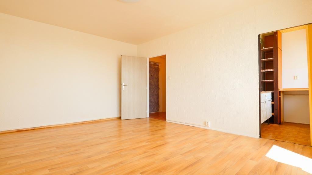 Nabízíme Vám garsoniéru s prostornou lodžií o celkové podlahové ploše včetně příslušenství 31 m2 v o