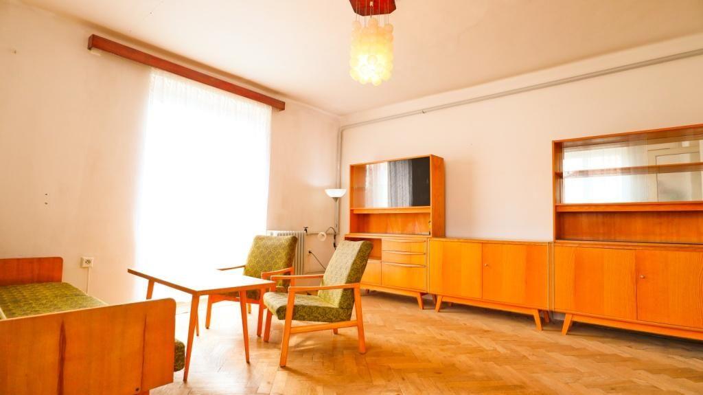 Nabízíme Vám pěkný, prostorný byt 2+1 o celkové ploše 68 m2 v oblíbené lokalitě u stadionu.