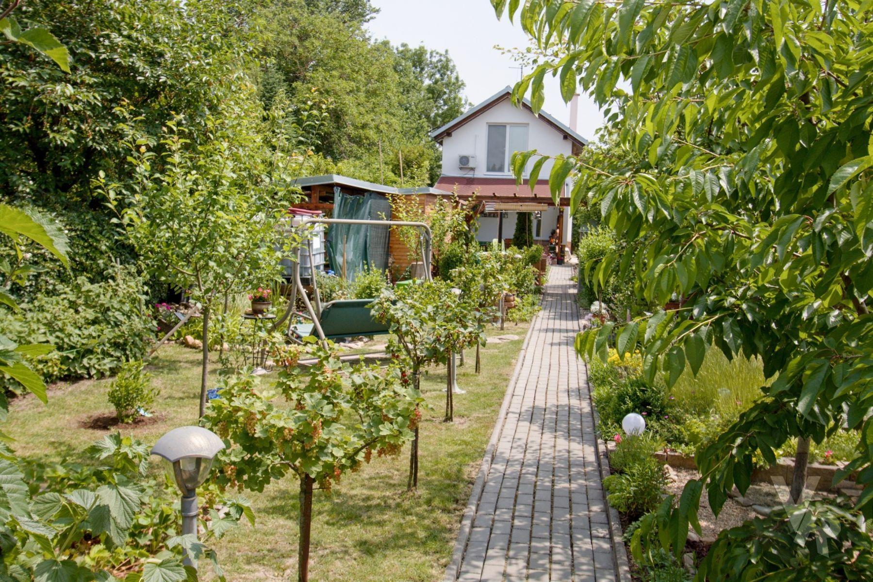 Prodej novostavby zděné chaty k celoročnímu bydlení, se zahradou, s dispozicí 3+KK