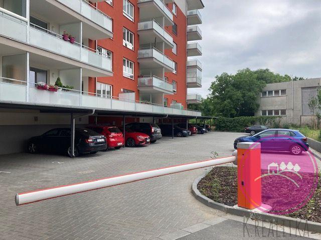 Pronájem zastřešeného parkovacího stání na ulici Janského v Olomouci