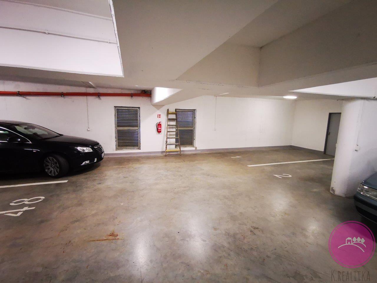 Pronájem garážového stání včetně sklepa na ulici Topolová v Olomouci