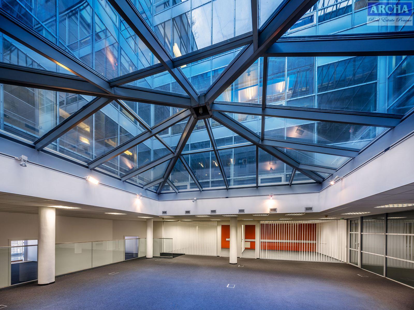 Nájem přízemních kanceláří 512 m2 + dvůr 92 m2, Praha 1 Centrum