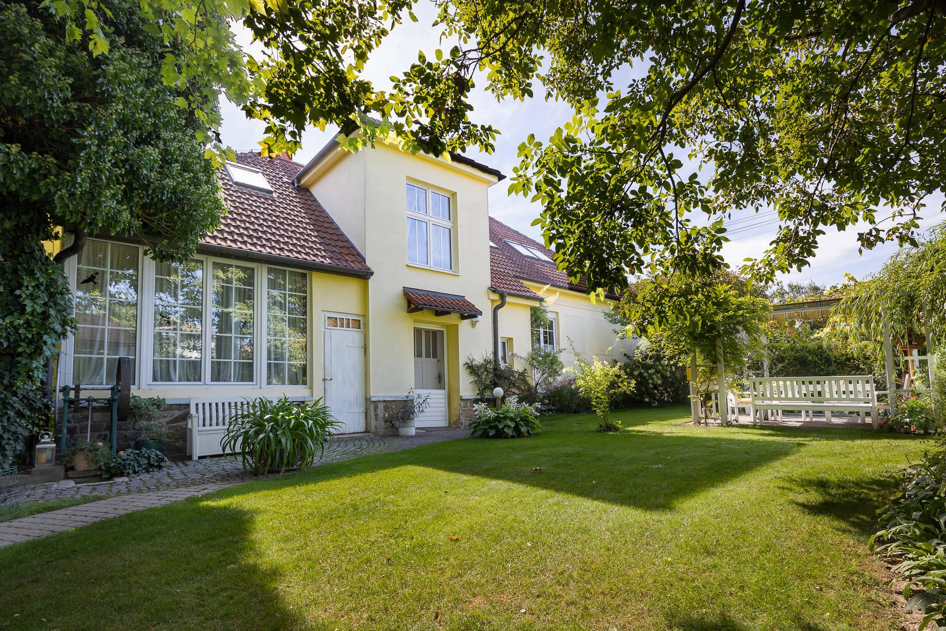 Vila z první republiky + dům v zahradě