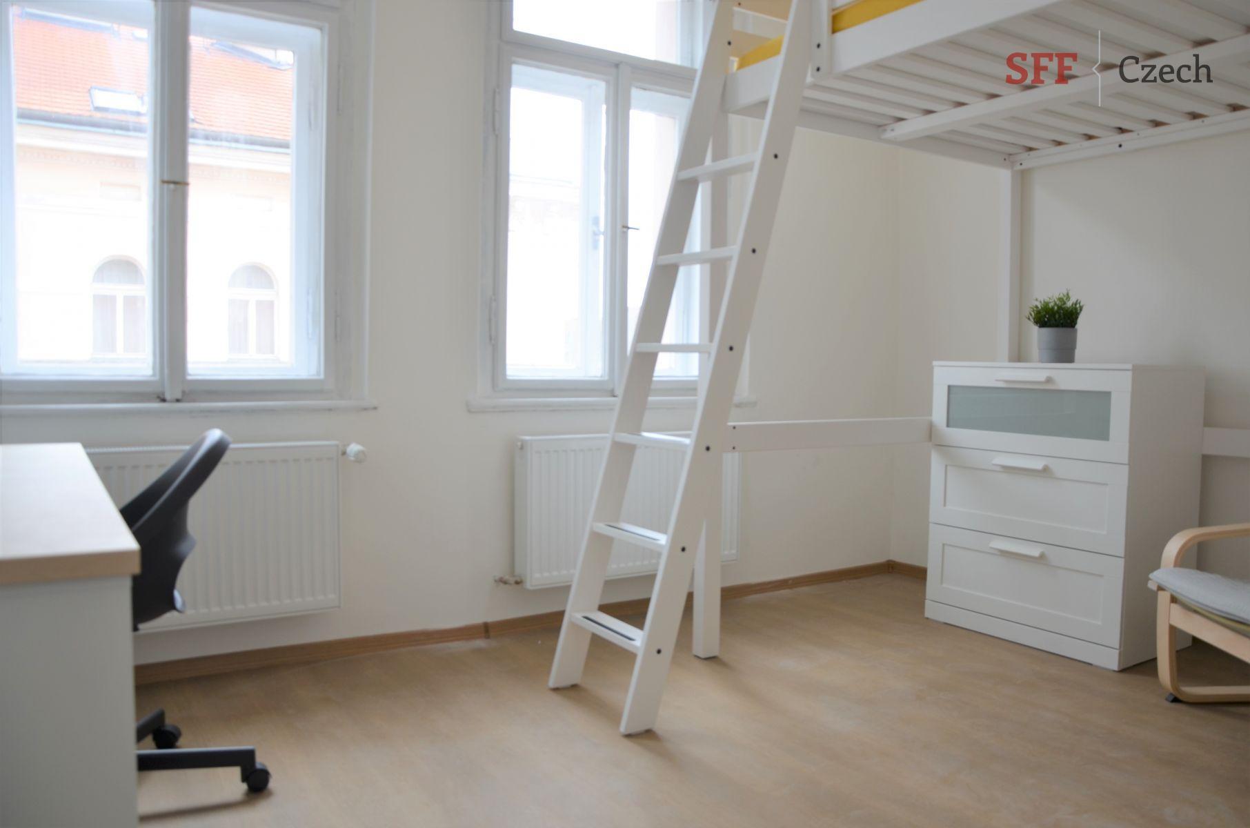 Pěkný zcela nový zařízený pokoj ve sdíleném bytě Praha 2 blízko náměstí I.P.Pavlova