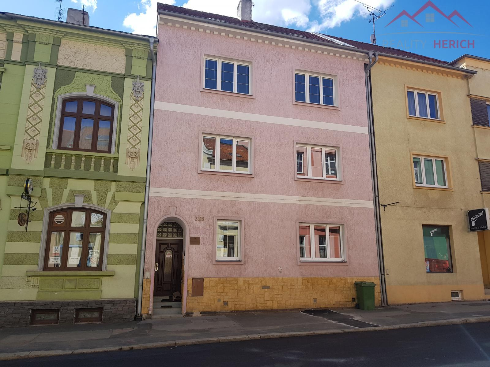 Pronájem nemovitosti v centru Chomutova se zahradou a garáží, 180 m2