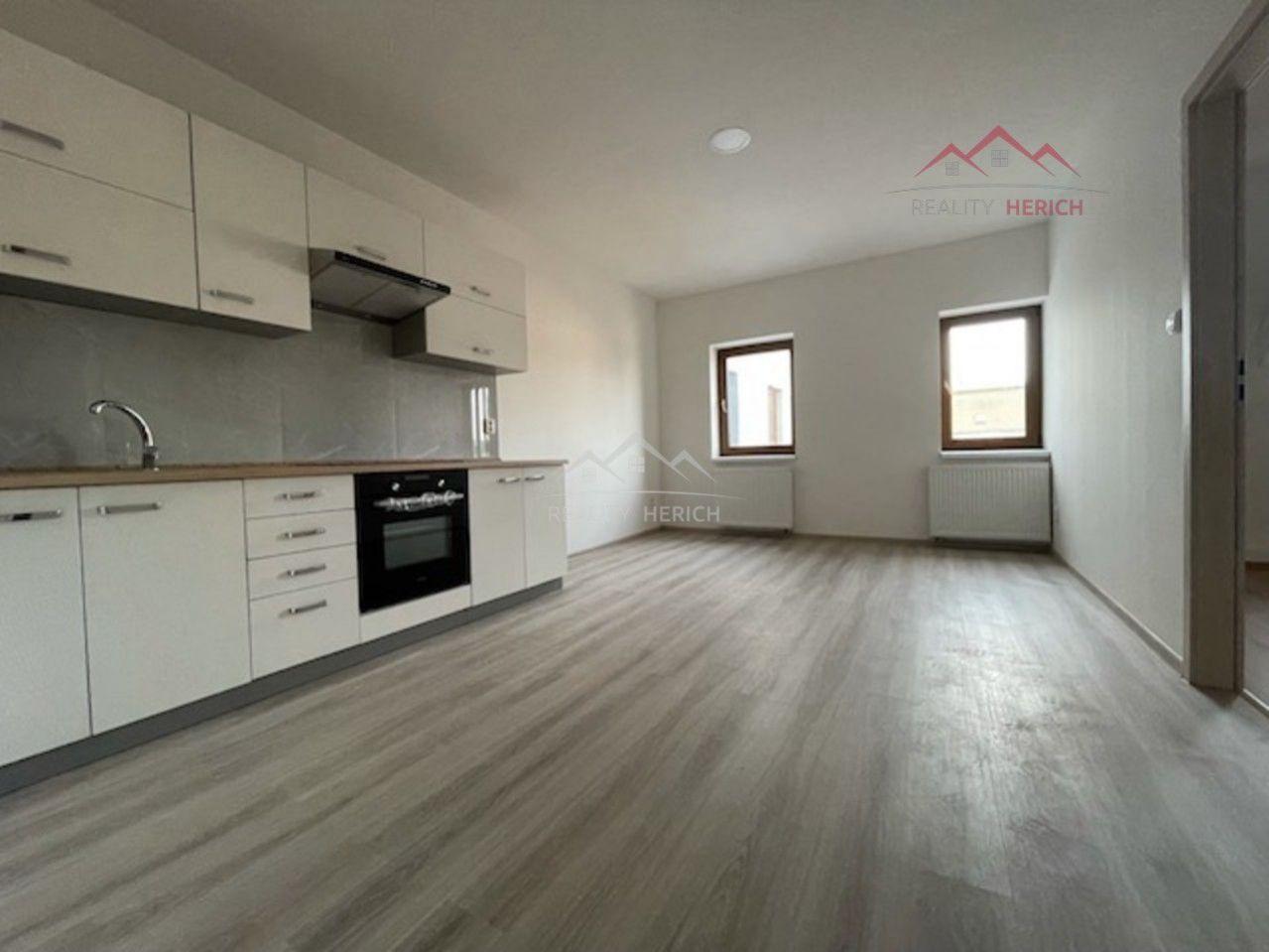Exkluzivní pronájem podkrovního bytu 2+1 (62 m2) Ruská, Chomutov