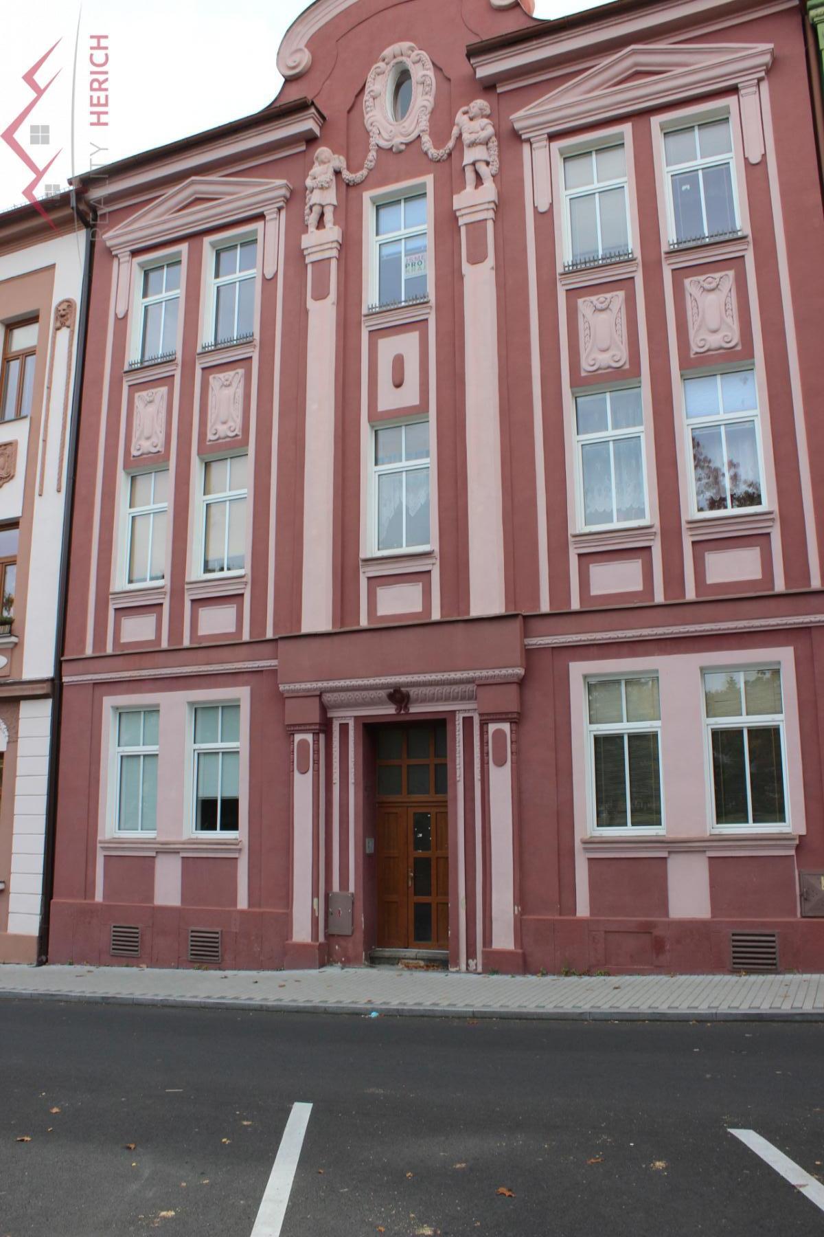 Pronájem cihlového atypického mezonetového bytu 6+KK v centru Chomutova s terasou a zahradou, 156 m2
