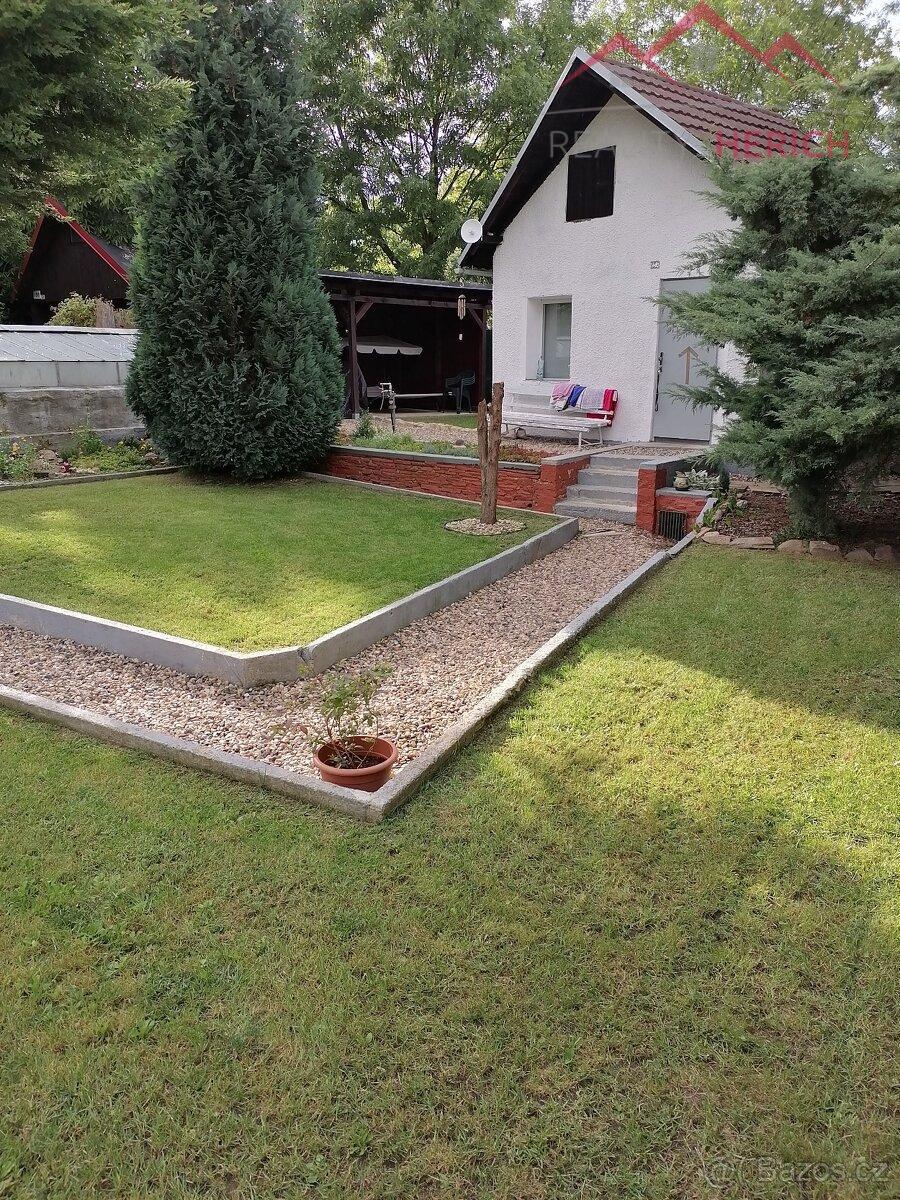 Prodej chatky se zahradou, bazénem, pergolou a skleníkem, 580 m2