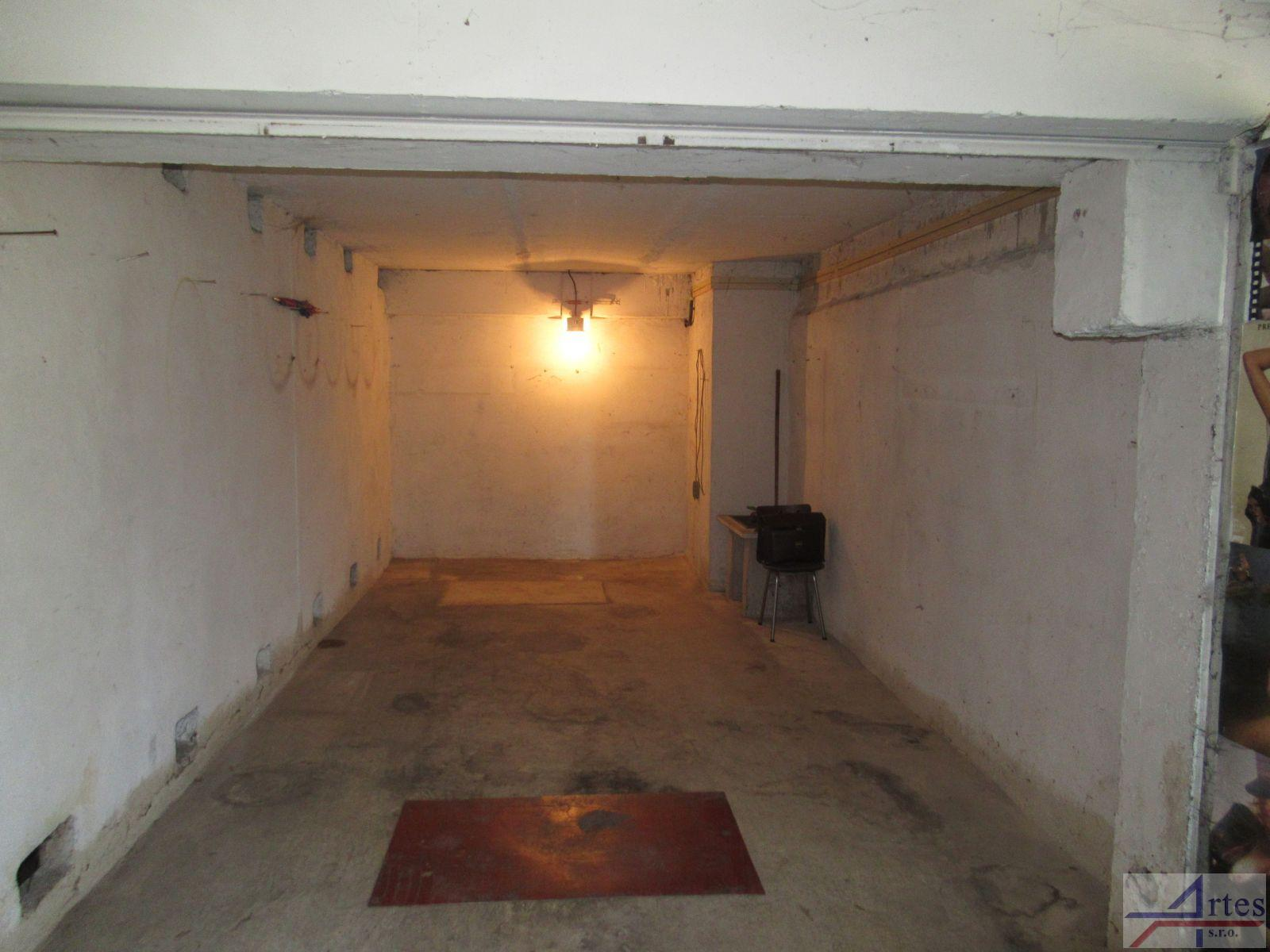 Pronájem samostatné garáže, 18 m2, ul. Písečná, Praha 8