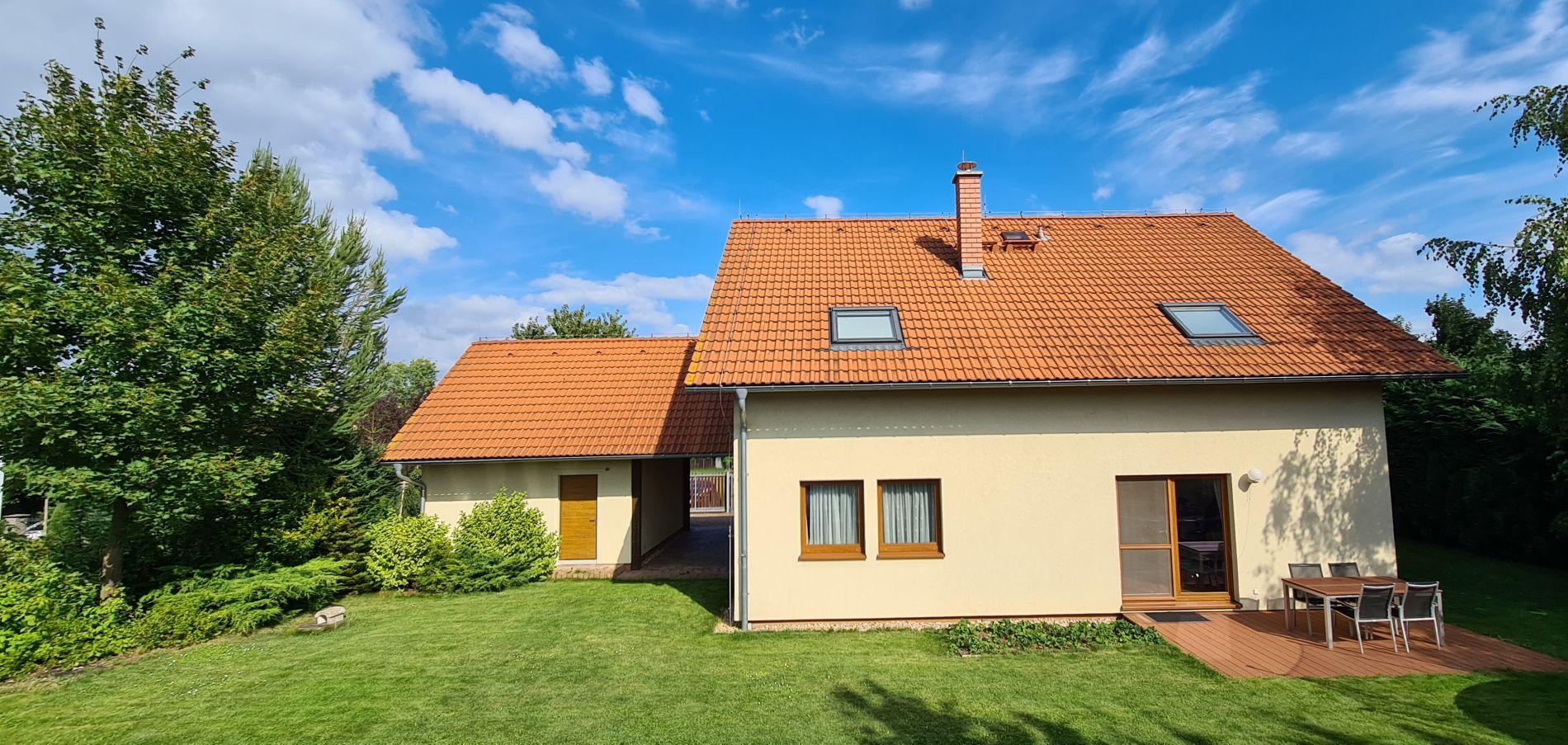 Prodej nízkoenergetického domu 5+kk se zahradou, terasou, balkónem, bazénem, altánem a garáží, Ořech